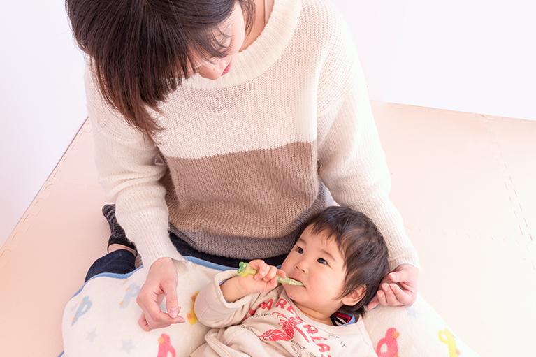 まず歯ブラシを持って磨く習慣づけを。仕上げ磨きはお母様の役目です。